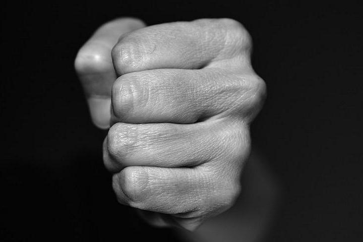 Aggressione con un pugno al volto in un bar di Mandas: la vittima perde i denti, 22enne denunciato