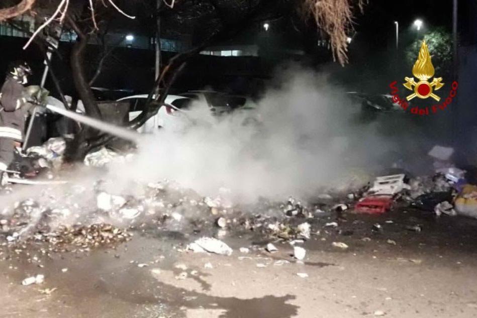 Cagliari, immondizia a fuoco a Sant'Elia: superlavoro per il 115