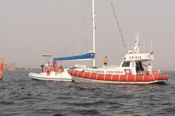 Barca a vela s'incaglia a Sant'Antioco: un ferito in ospedale