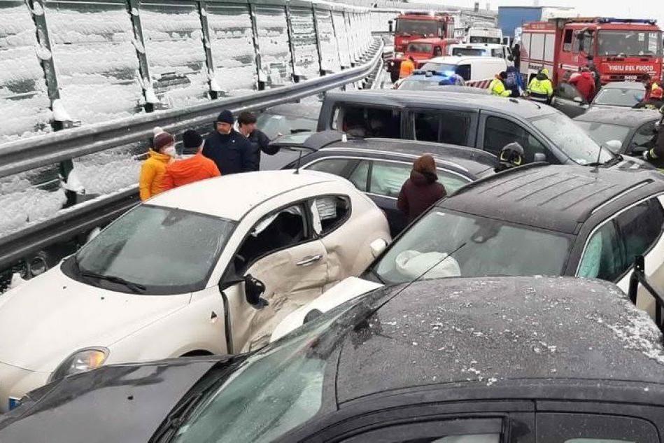 Maxi-tamponamento in autostrada, due morti e 32 feriti