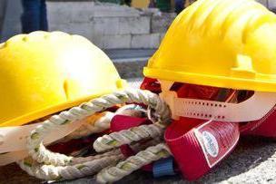 Cede un pannello, operaio di 70 anni precipita dal tetto e muore
