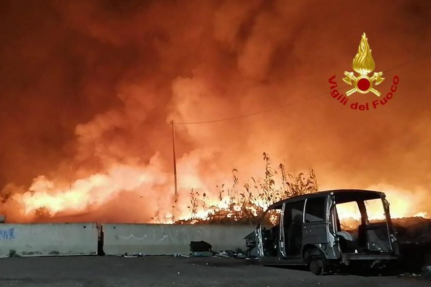 Cagliari, la mano degli incendiari dietro al rogo nella baraccopoli. Allarme diossina nell'aria