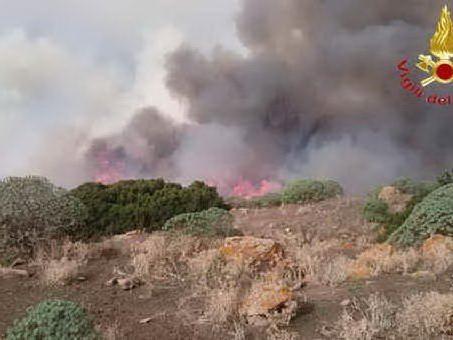 Incendi, spenti tre roghi: fiamme a Loculi, Bono e Viddalba
