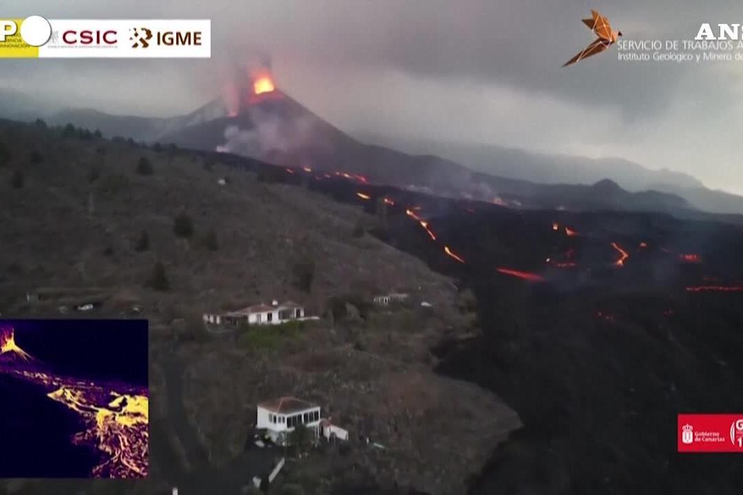 Eruzione alle Canarie, nuove esplosioni di lava dai crateri del Cumbre Vieja