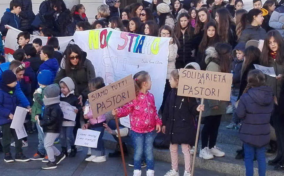Studenti di tutte le età in piazza a Santa Teresa
