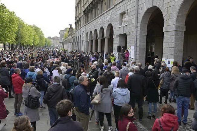 """Negazionisti in piazza anche a Bergamo: """"La pandemia è una fesseria"""""""