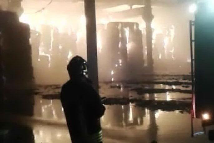 Nuraminis, a fuoco la fabbrica che ricicla carta: le immagini