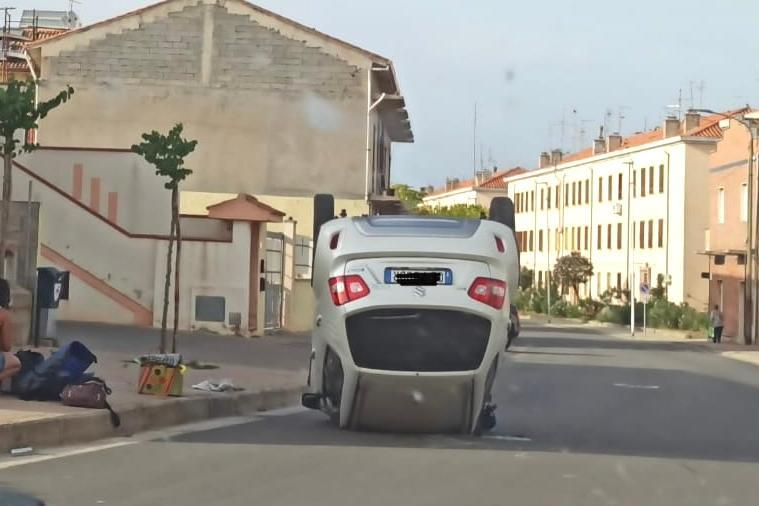 Sant'Antioco, auto si ribalta al centro della carreggiata