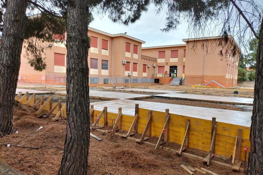 La costruzione del campo di basket (foto L'Unione Sarda - Scano)