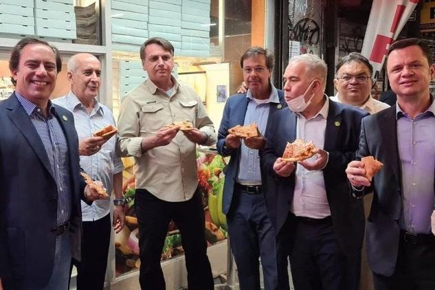 Bolsonaro a New York, non può entrare nei locali perché no vax e mangia la pizza in strada