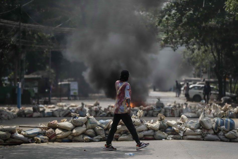 Birmania, l'esercito spara sulla folla al funerale di uno dei manifestanti uccisi