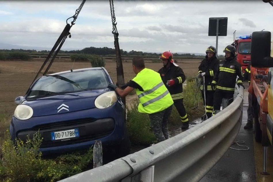 Auto fuori strada a Oristano, illesa una donna