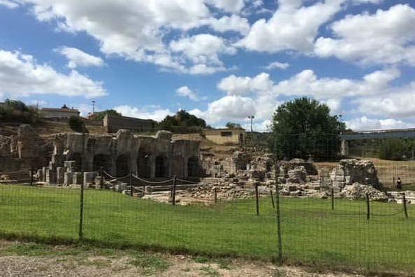 L'area delle antiche terme di fronte al lungo fiume (foto Orbana)