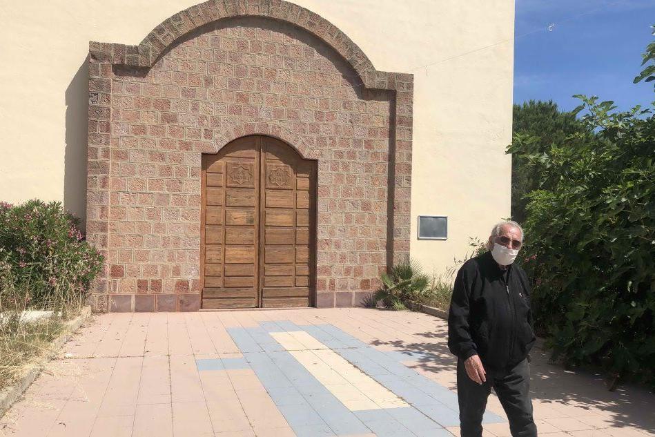 Il parroco va in pensione: a Torregrande chiude la chiesa
