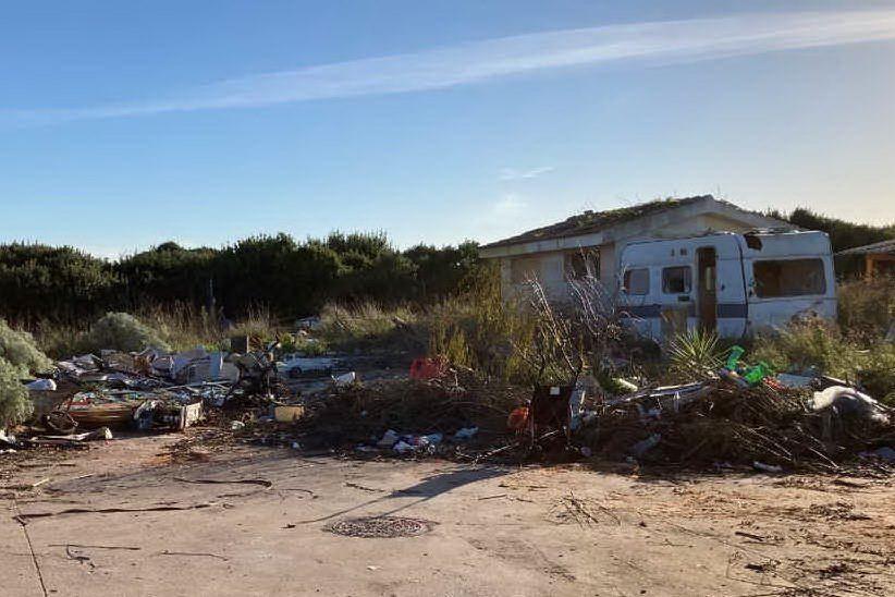 """Campo rom a Porto Torres: """"Baracche e carcasse d'auto escluse dalla bonifica"""""""