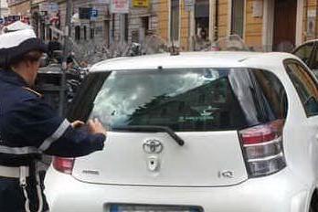 Sesso in auto in pieno centro: coppia rischia 30mila euro di multa