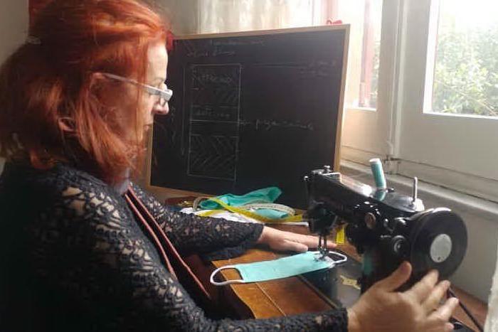 La stilista Rita Piredda al lavoro (foto Lorenzo Ena)