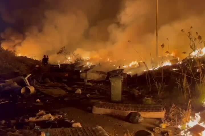 Rogo doloso nella discarica di via San Paolo a Cagliari, le immagini