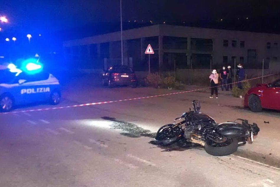 In moto contro un'auto: Nuoro, muore un centauro