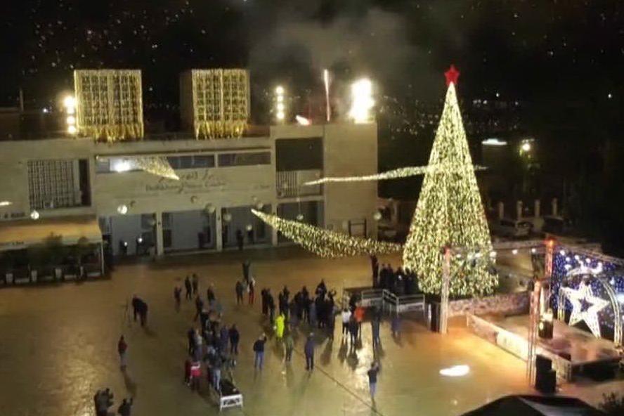 Natale, acceso il grande albero di Betlemme