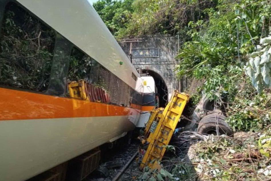 Taiwan, oltre 50 morti nel deragliamento di un treno