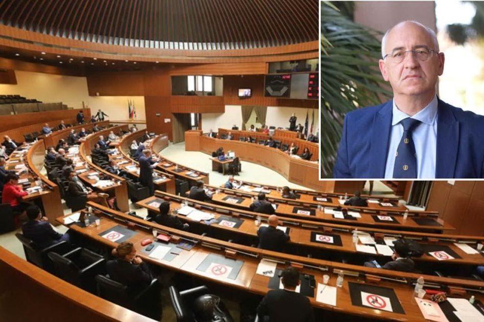 Il Consiglio regionale e, nel riquadro, Valerio De Giorgi (L'Unione Sarda)