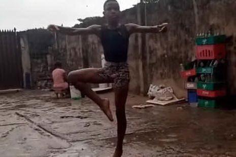 Il bimbo nigeriano danza scalzo sotto la pioggia. E conquista tutti