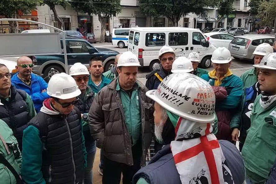Gli operai Eurallumina durante il presidio (foto Antonella Pani)