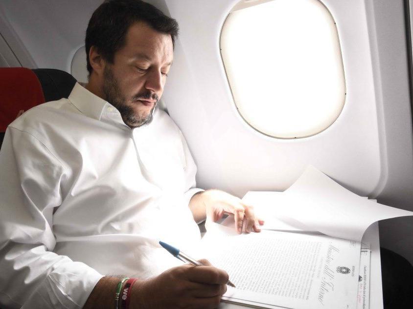 """Salvini contro i migranti """"galeotti"""": e Tunisi convoca l'ambasciatore"""