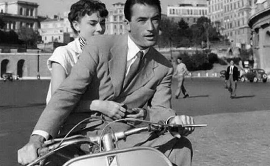 """Il giro in Vespa per le strade della capitale in \""""Vacanze romane\"""""""