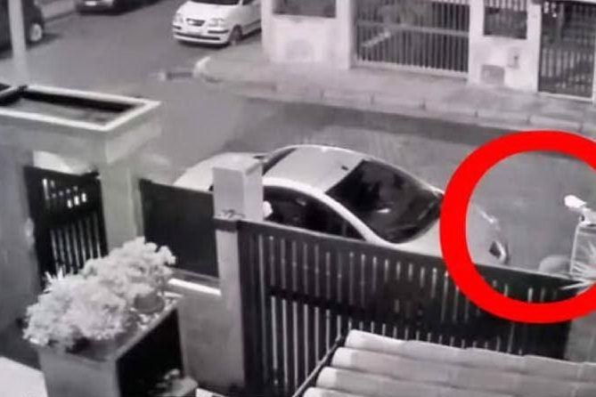 Dà fuoco a un'auto a Quartu, il video del piromane in azione