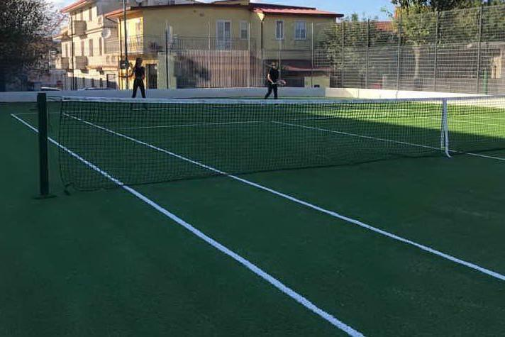 Riaperto il campo da tennis, manto di gioco rifatto in erba sintetica