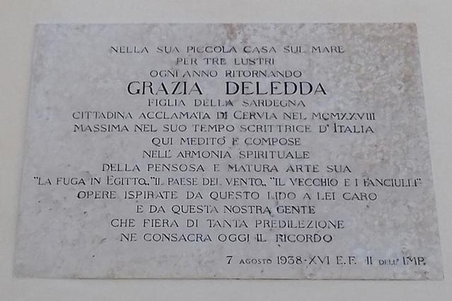 Una targa sulla facciata della casa comunale di Cervia, che le ha conferito la cittadinanza onoraria