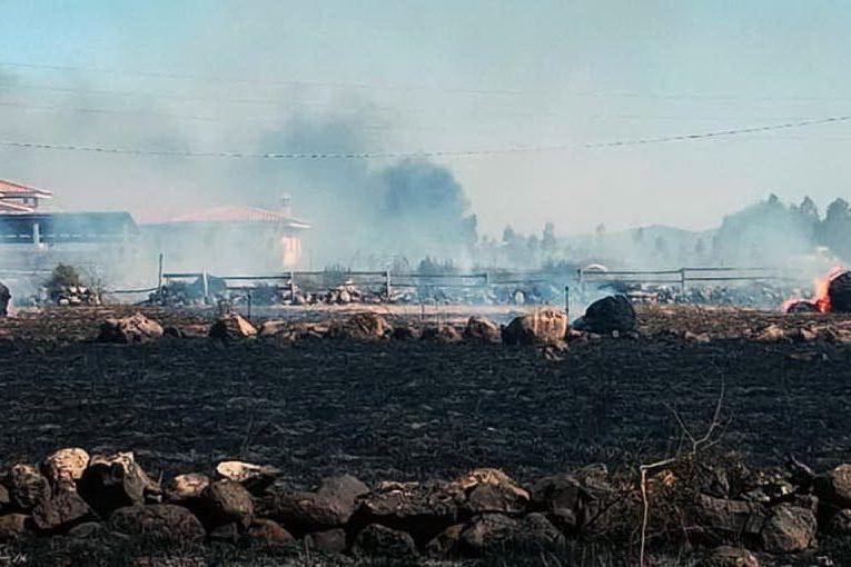 Allarme a Mogoro, incendio lambisce le case
