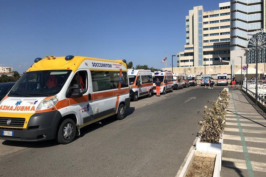 Lunga coda di ambulanze davanti al Brotzu (archivio L'Unione Sarda)