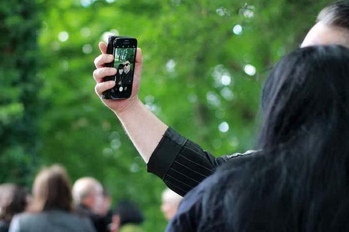 Riceve un selfie dal nuovo fidanzato della sua ex. Torna con il padre e lo massacra di botte