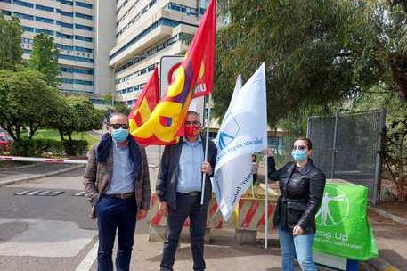 """Caos parcheggi al Brotzu, sit-in dei sindacati: """"Situazione insostenibile"""""""