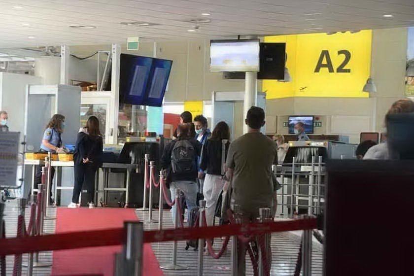 """3.700 controlli in porti e aeroporti sardi, 6 persone multate perché """"senza giustificato motivo"""" per spostarsi"""