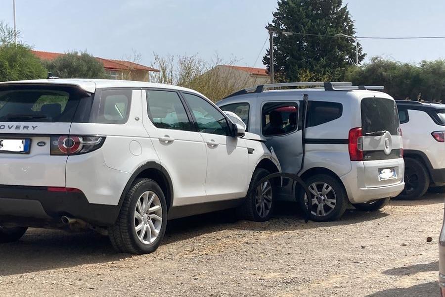 Carbonia: urti a catena in un parcheggio