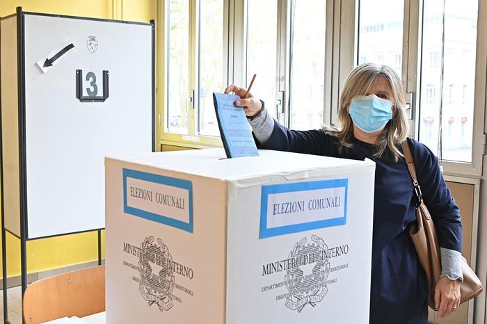 Ballottaggi, si sceglie il sindaco in 65 Comuni: affluenza in deciso calo, alle 19 è al 26,71%