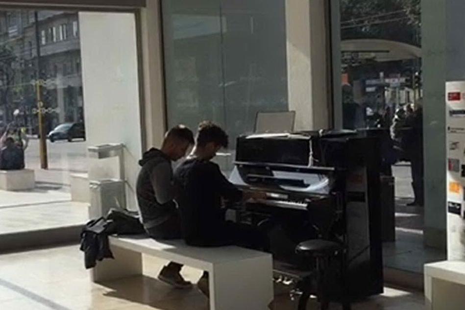 Cagliari, dopo l'incidente riprende a suonare il pianoforte di piazza Repubblica