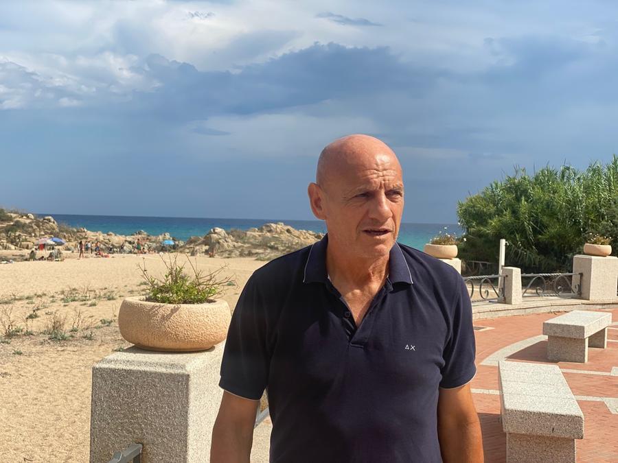 Cavasin davanti alla spiaggia della Torre a Bari Sardo (foto Pillonca)