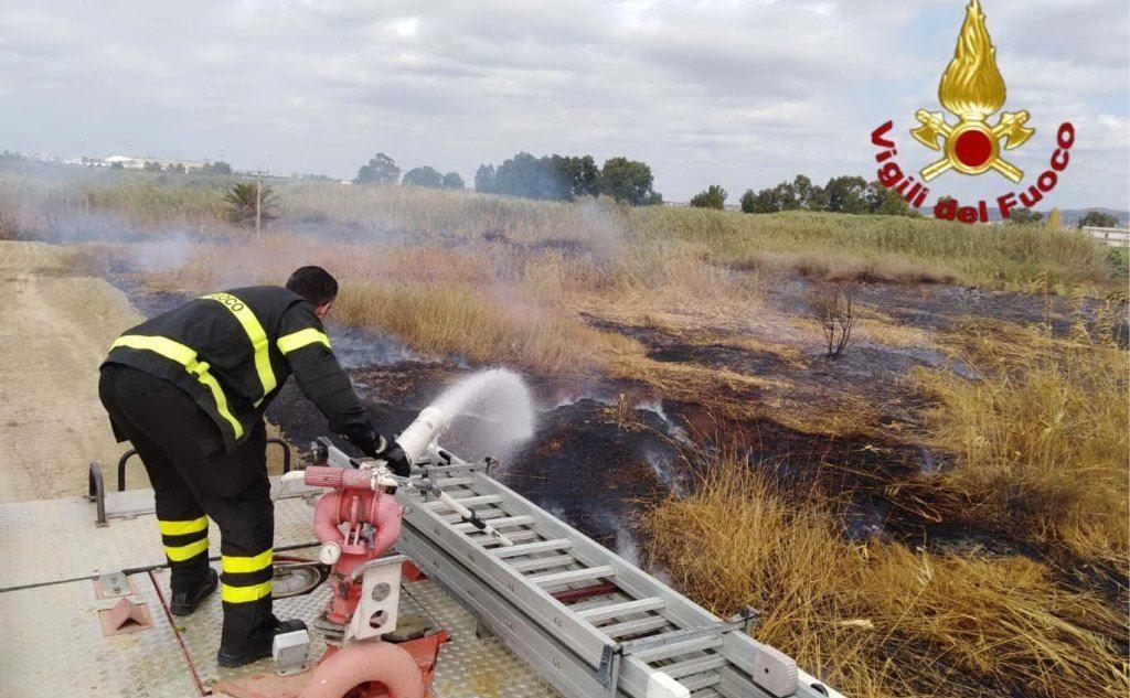 I vigili del fuoco durante le operazioni di bonifica allo stagno di Molentargius, Quartu