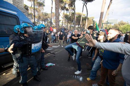 """Guerriglia a Roma, Lamorgese: """"Accusa ingiusta, ombra inaccettabile sulle forze dell'ordine"""""""