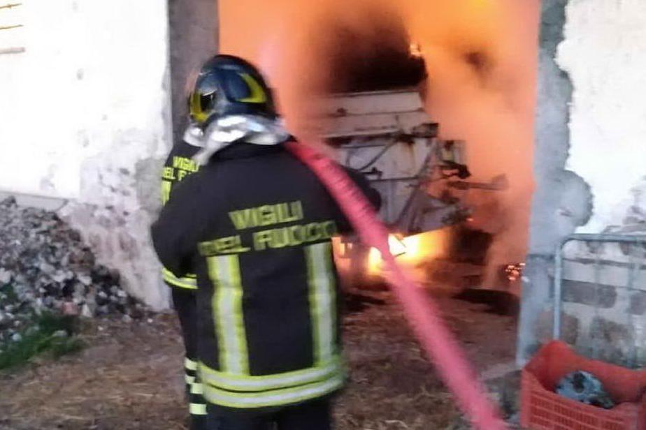 Incendio nel deposito agricolo: intervento a Oniferi