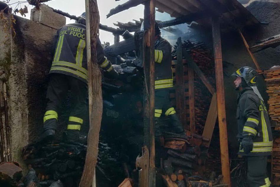 Sanluri, a fuoco una legnaia: interviene il 115