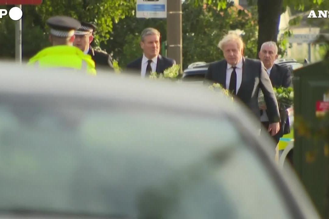 Deputato ucciso nel Regno Unito, Johnson e Starmer portano fiori sul luogo del delitto