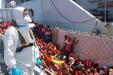 I migranti soccorsi in mare sono portati in salvo sulla nave Fenice durante l'operazione Mare Nostrum (foto Ansa)