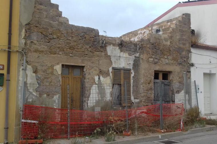 Carbonia, casa diroccata all'ingresso della città: monta la protesta