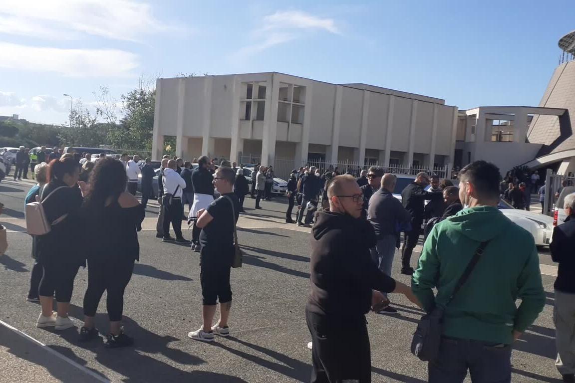 Sassari, grande partecipazione ai funerali di Gianuario Derudas, l'operaio morto per incidente sul lavoro